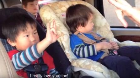 """Il bambino sordo dice """"Ti amo"""" al papà nella lingua dei segni"""