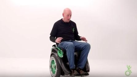 Le braccia non servono per questa sedia a rotelle: l'invenzione geniale