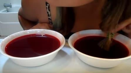 Mette i capelli in una ciotola con del liquido colorato: ecco cosa accade