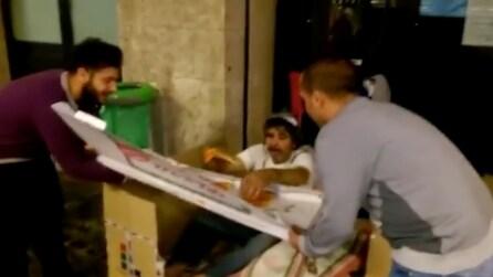 Napoli, comprano una pizza al metro e la distribuiscono ai senzatetto della Stazione Centrale
