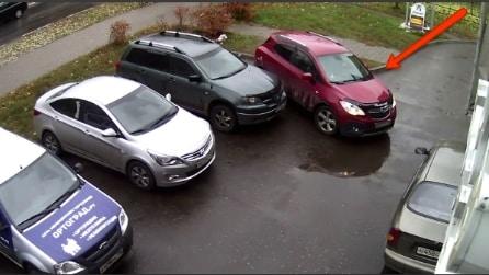 Prova a parcheggiare ma quello che accade è da non credere
