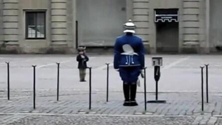 Il bambino imita la guardia e guardate come reagisce il soldato