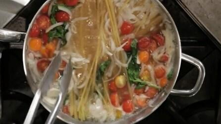 Mai provato a preparare gli spaghetti così? Guardate cosa succede dopo 10 minuti