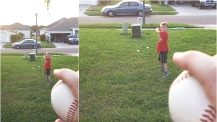 Lancia la palla al figlio e lo riprende ma se ne pentirà molto presto