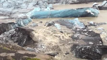 Due iceberg si staccano dal ghiacciaio: la scena da brividi da pochi passi