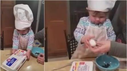 Dà un uovo in mano alla figlia di 16 mesi, quello che fa la bambina vi lascerà di stucco