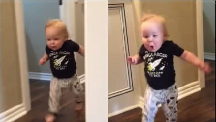 Il nonno vuole fargli uno scherzo ma la reazione del bimbo è esilarante
