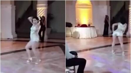 Il ballo super sexy della moglie subito dopo le nozze