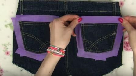 Applica del nastro adesivo sui jeans: l'idea originale e creativa