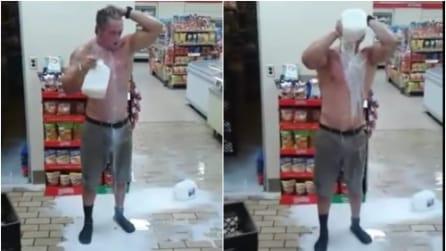 Entra nel supermercato e si fa la doccia con il latte: il motivo è da non credere