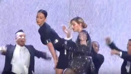 """Madonna in concerto, Katy Perry sale sul palco e lo show è a """"luci rosse"""""""
