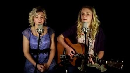 Un gesto bellissimo per la loro nonna: queste due sorelle vi commuoveranno