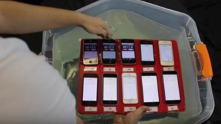 Immerge gli iPhone nell'acqua: ecco quello che resiste di più