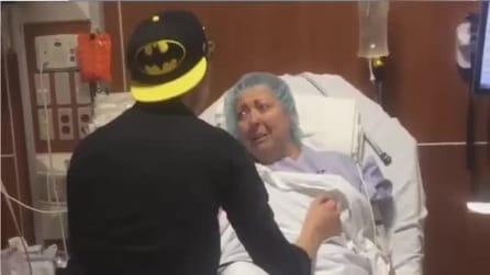La mamma sta per subire un trapianto ed il figlio la sorprende in modo commovente