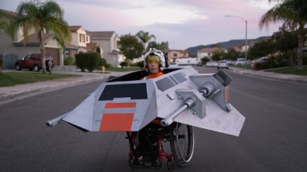 Lo stupendo regalo del papà per Halloween: guardate in cosa trasforma la sua carrozzina