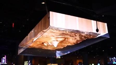 Casinò di Las Vegas, un ologramma gigante sovrasta il bancone del bar