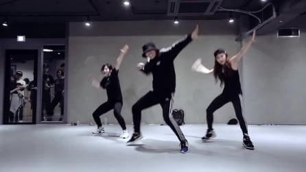 La musica parte e questi ragazzi mettono in piedi una coreografia stupenda