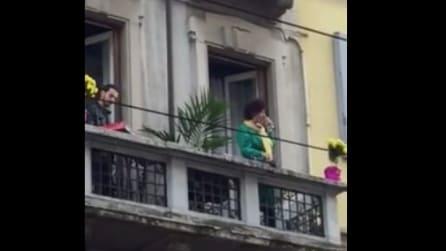 Parma, Sara Loreni (ex X Factor) improvvisa un concerto dal balcone