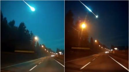 Sta percorrendo la statale quando un enorme bagliore illumina il cielo: ecco di cosa si tratta
