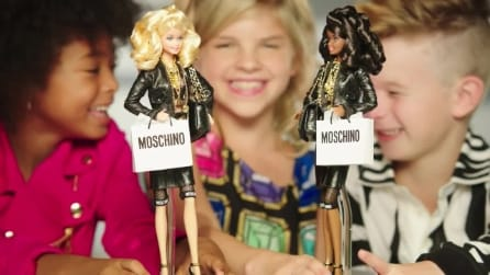 Barbie viene vestita da Moschino: per la prima volta compare un bambino nello spot