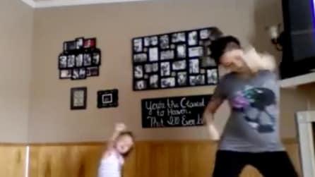 La mamma incinta fa ginnastica insieme alla figlia: tenerissimo il modo in cui la piccola la segue