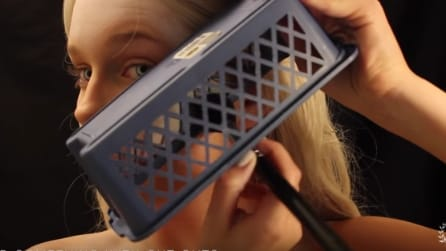 Poggia una scatola sul suo viso: l'idea geniale per realizzare qualcosa di incredibile