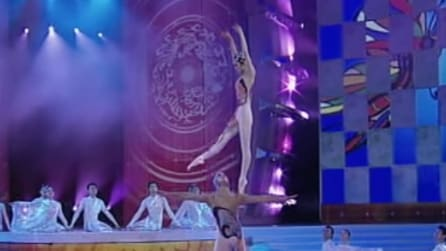 Due ballerini cinesi danno spettacolo: la ragazza riesce a fare cose davvero incredibili