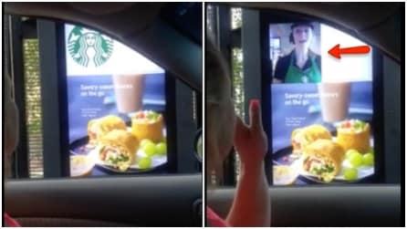 Si avvicina allo schermo per ordinare un caffè da Starbucks: guardate poi cosa accade