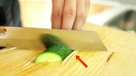 Taglia un cetriolo e sotto mette degli stuzzicadenti: indovinate perché lo fa?