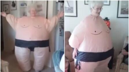 Si presenta vestita così: la nonnina più simpatica del web