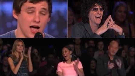 Inizia a cantare e restano tutti senza fiato: per lui sono applausi scroscianti