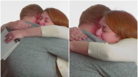 Si rivedono dopo tanti anni e si stringono in un forte abbraccio: ecco cosa è accaduto