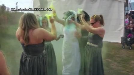 """Viene lasciata all'altare, organizza un """"Colour Party"""" per rovinare l'abito bianco"""