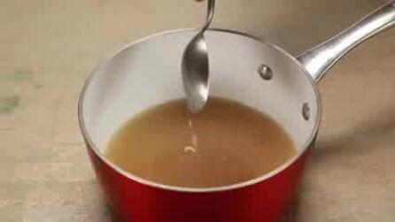 Mescola acqua, zucchero e succo di limone e li fa bollire: quello che ottiene vi stupirà