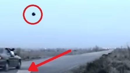 Lancia la palla da bowling sulla rampa dall'auto in corsa ma ecco come va a finire