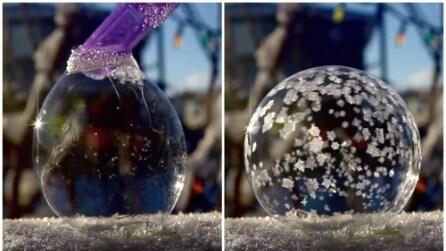 Ecco cosa succede se si crea una bolla di sapone sul ghiaccio
