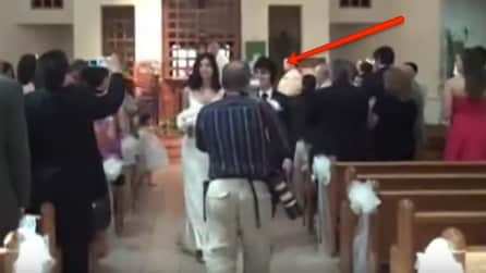 Quando gli sposi arrivano in fondo al corridoio non possono credere a quello che succede in chiesa