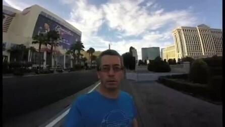 Vuole filmare la sua vacanza ma non sa usare la action cam: ecco cosa registra un turista a Las Vegas