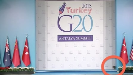 Il palco del G20 è deserto ma guardate un po' chi spunta fuori