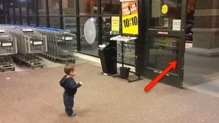 Vede per la prima volta le porte automatiche: la sua reazione ti conquisterà