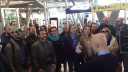 Napoli Centrale: in stazione tutti fermi ad ascoltare il coro di Natale