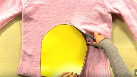Poggia un cartoncino sul maglione e lo ritaglia: l'idea perfetta per l'inverno