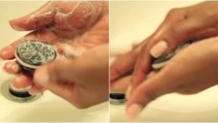 Si lava le mani con un Oreo: la geniale invenzione