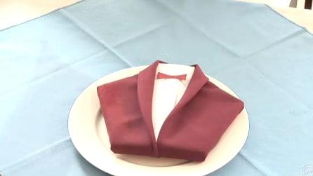 Piegare il tovagliolo a forma di giacca: ecco come fare