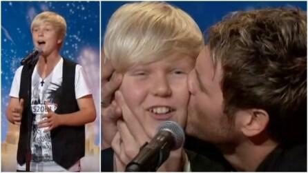 Inizia l'esibizione e il giudice va verso di lui per baciarlo: un'emozione unica sul palco
