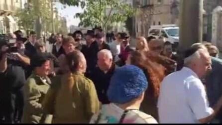 Dopo un attentato, soldatesse israeliane fanno la danza della pace con donne palestinesi