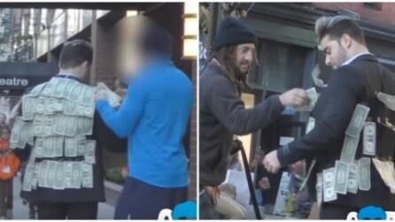 Indossa una giacca ricoperta di banconote la reazione delle persone è davvero inaspettata