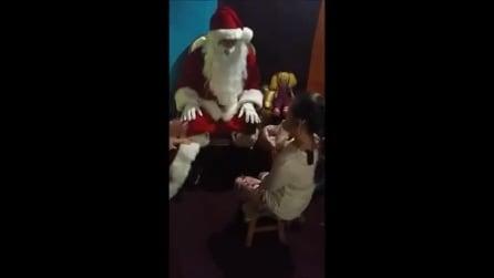 Babbo Natale riceve la lista dei regali da una bambina sorda, la loro conversazione è commovente