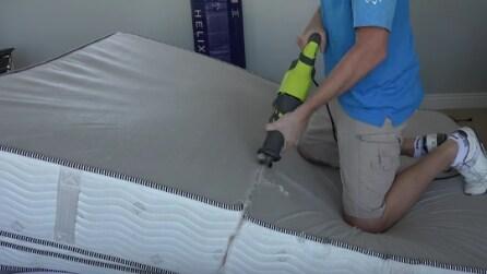 Cosa c'è dentro un materasso? Lo tagliano a metà ed ecco cosa scoprono