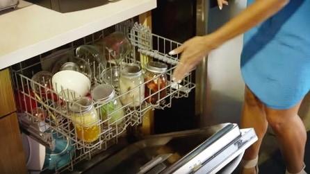 Mette le pietanze nei barattoli: ecco come cucinare nella lavastoviglie